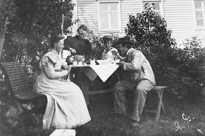 Кофепитие в саду, 1897 год. Снимок: Элина Гранквист / КУХМУ