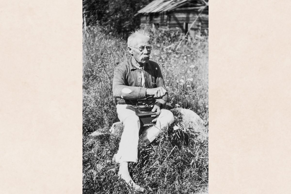 Тааветти Халонен (Телкон Туакко) измельчает кофе, сидя на камне в Телконсаари под Хаминалахти, 1939 год. Снимок: Пааво Хяннинен / КУХМУ