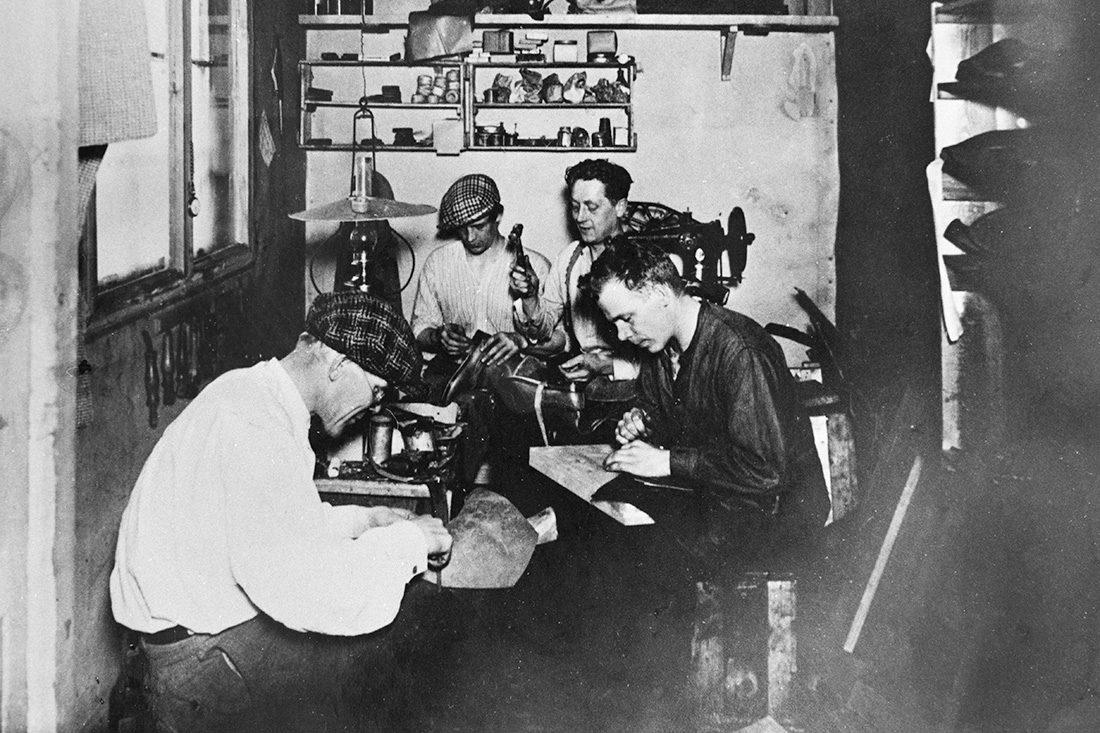 A.Heikuran suutarinverstaalla suutarit työssään v. 1923 Käkisalmella Karjalassa. Kuva: Eino Musakka / KUHMU