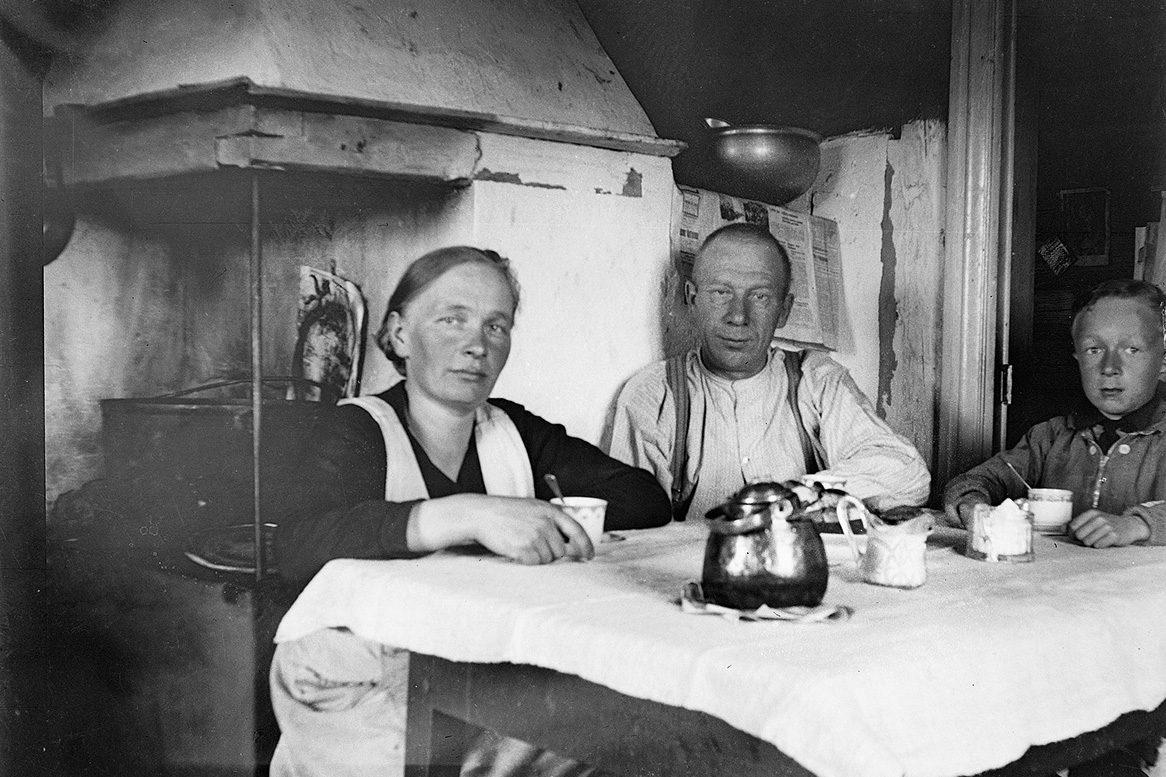 Семья за кофейным столом в Вехмерсалми, 1930-1933 гг. Снимок: Хьялмар Кнуутинен / КУХМУ