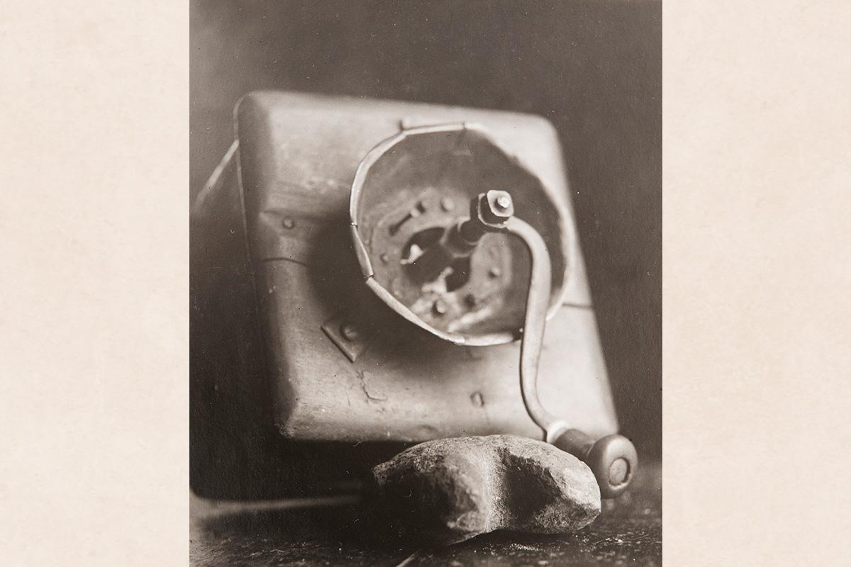 Кофемолка сапожника Роопи Мюккянена из Карсиккомяки под Пиелавеси, 1926-1928 гг. Кофемолка изготовлена местным кузнецом. Снимок: Ахти Рюткёнен / КУХМУ