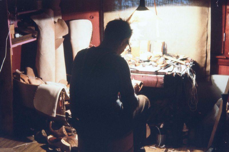 Suutari Vihtori Heikkinen peri suutarintaidot isältään. Ensimmäiset kengät hän valmisti itselleen 11-vuotiaana seuraamalla sivusta isänsä työskentelyä. Kuvassa Vihtori Heikkinen vuonna 1978. Kuva: Juha Miettinen / KUHMU