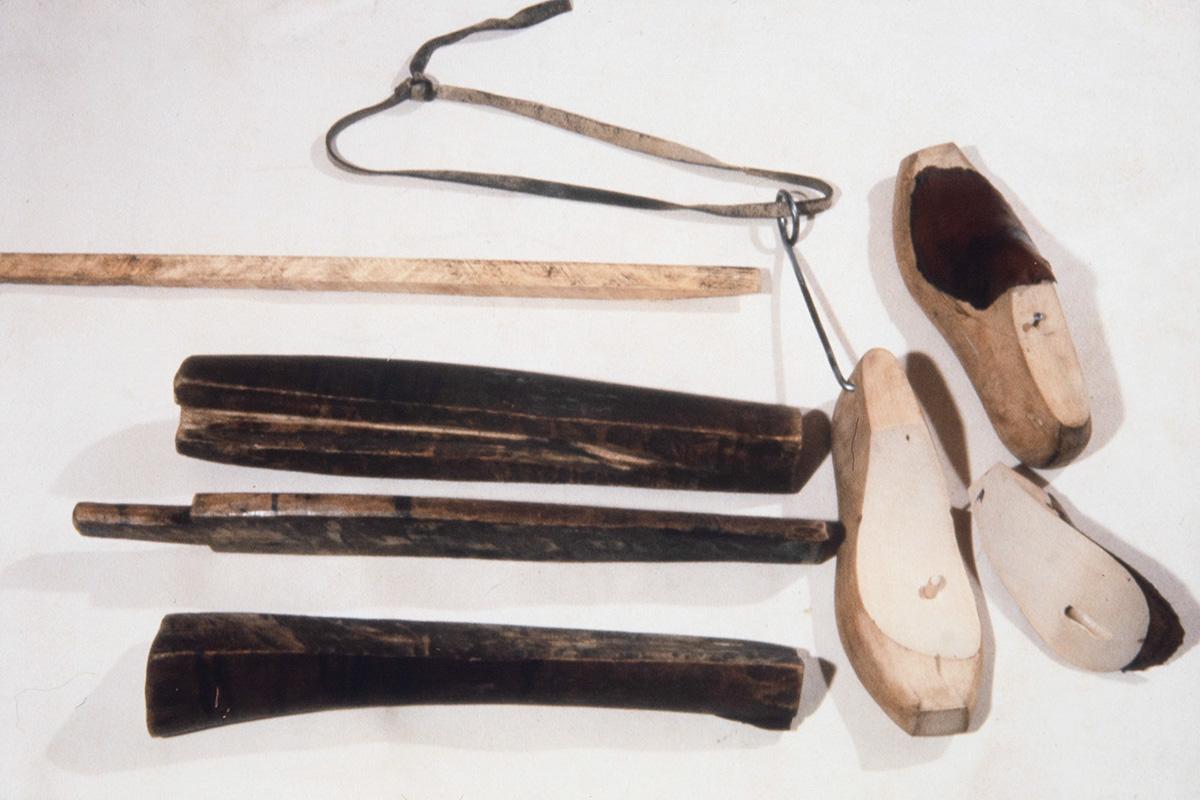 Lestikoukku, lestejä ja erilaisia puusta valmistettuja työvälineitä v. 1978. Kuva: Juha Miettinen / KUHMU