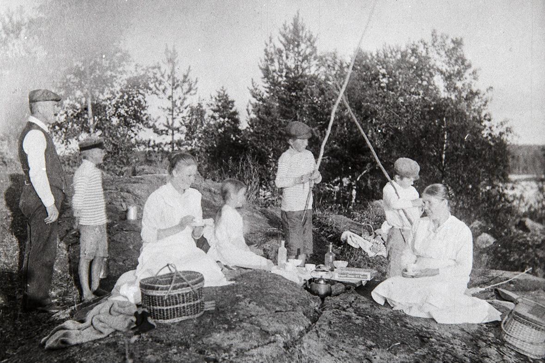 Отдых с кофе на берегу, 1918-1924 гг. Снимок: КУХМУ