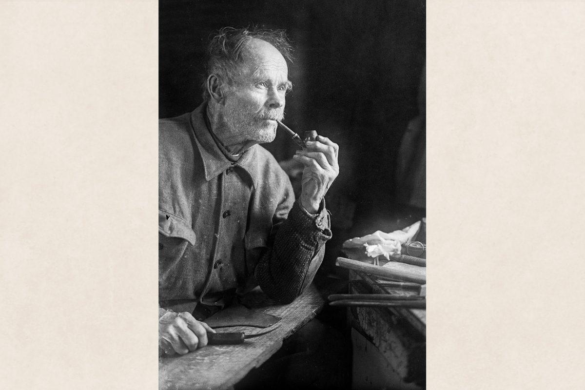Suutari Kalle Pitkänen 70 vuotissyntymäpäivillään vuonna 1939. Kalle Pitkänen oli kuuluisa suutari, runoilija ja työväenliikkeen aktiivi. Kuva: Otto Airaksinen / KUHMU