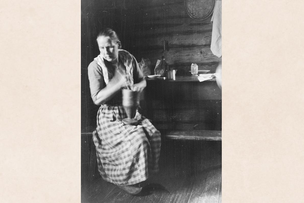 Толчение кофе в ступке, 1927 г. Снимок: Аулис Риссанен / КУХМУ