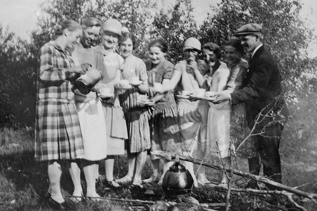 Молодежь пьет кофе у костра, 1920-1935 гг. Снимок: КУХМУ