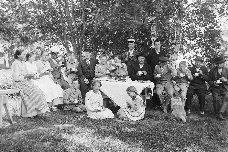 Отдых с кофе во дворе, 1893-1926 гг. Снимок: Виктор Барзокевич / КУХМУ