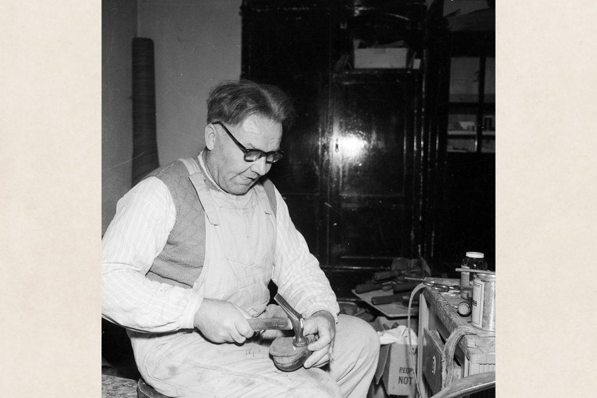 Suutarin työssään Vaajasalon parantolassa v. 1960. Kuva: Tuttu Jänis / KUHMU
