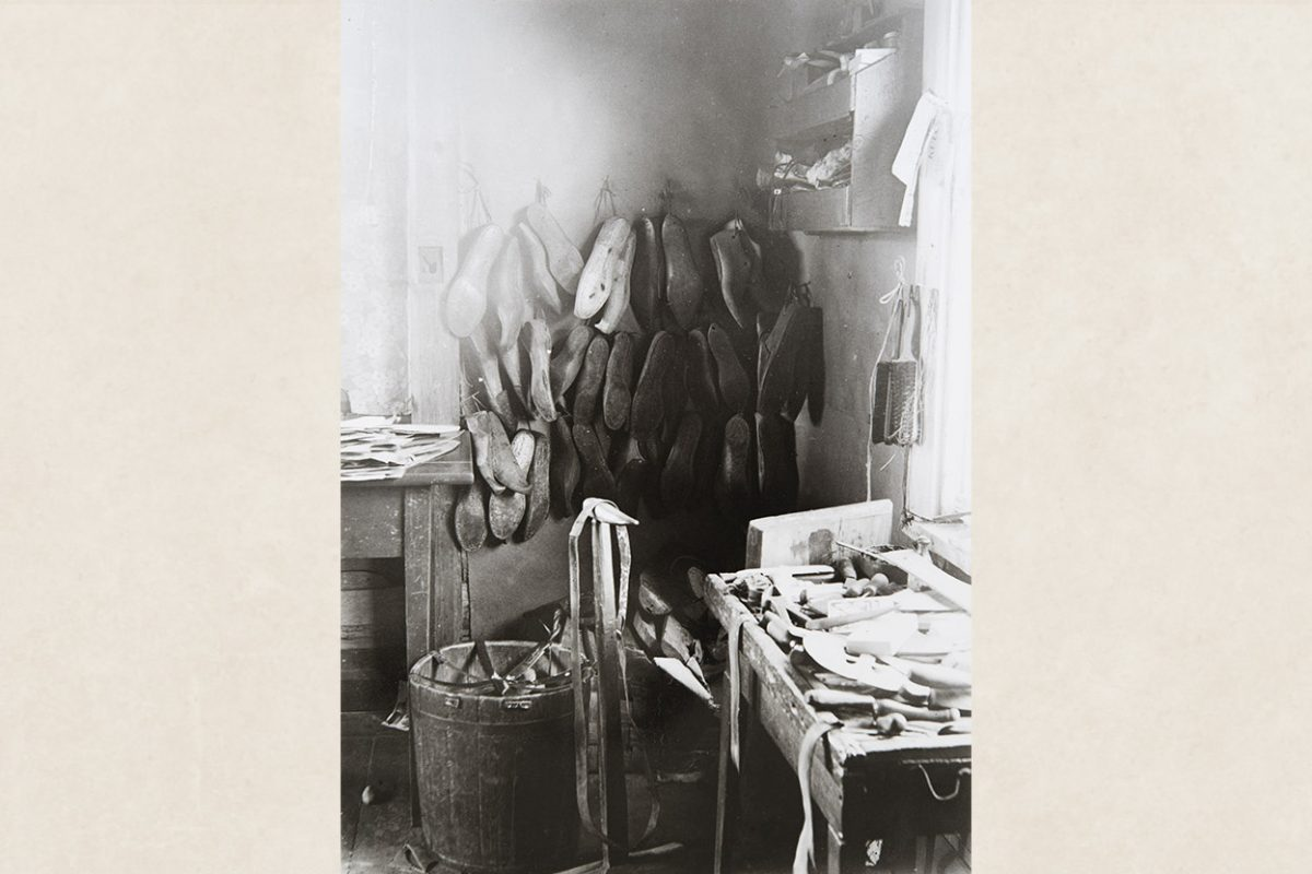 From Shoemaker Aku Jääskeläinen's workroom in Tuovilanlahti, Maaninka, 1928. Photo shows shoemaker's- lasts, work tools, a sewing stand and knee-strap. Photo: Ahti Rytkönen / KUHMU