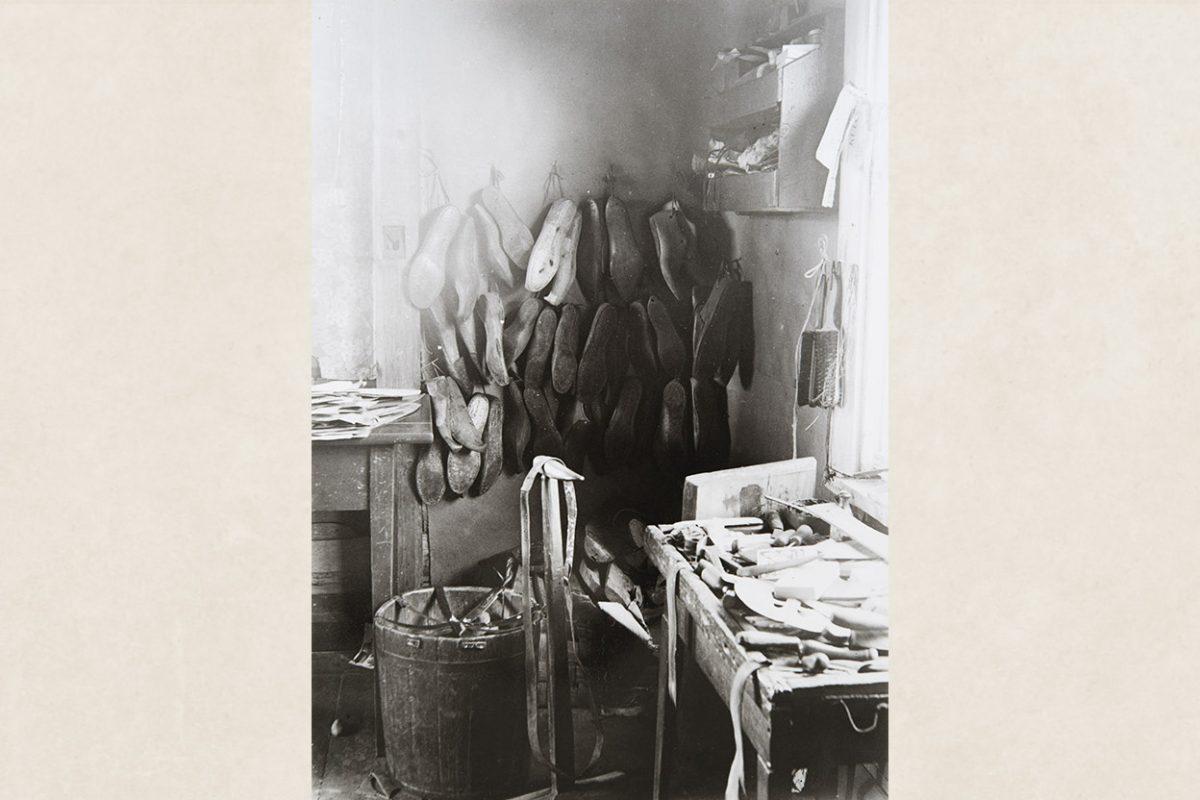 Мастерская сапожника Аку Яаскеляйнена в Туовиланлахти под Маанинка, 1928 год. На снимке: колодки, инструмент, коленный ремень, подставка для шитья. Снимок: Ахти Рюткёнен / КУХМУ