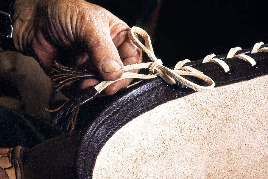 Finished tassels at the ends of laces, 1982. Photo: Kari Jämsén / KUHMU