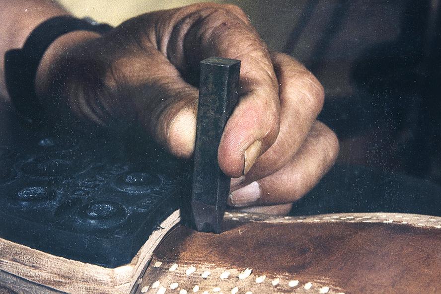 Numero lyödään kengän pohjaan v. 1982. Nyt lapikas on valmis! Kuva: Kari Jämsén / KUHMU