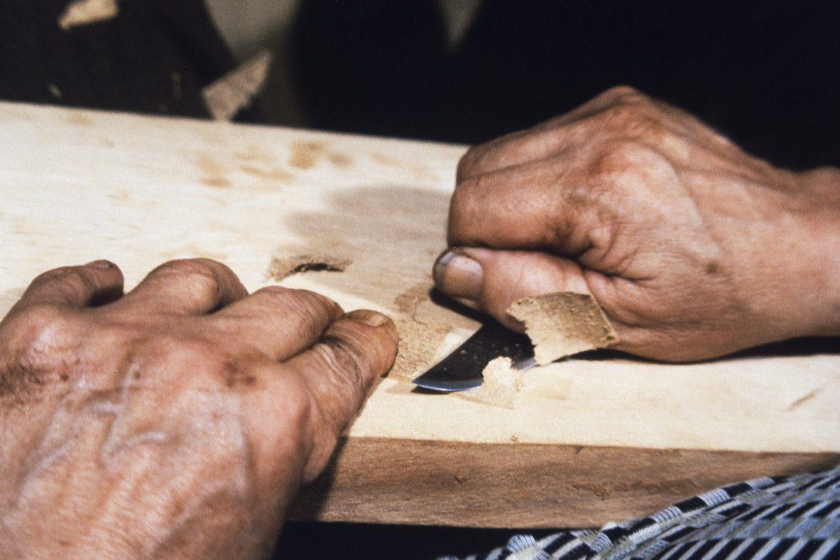 Край верха шерфуется до его закрепления к голенищу , 1978 г. Снимок: Юха Миеттинен / КУХМУ