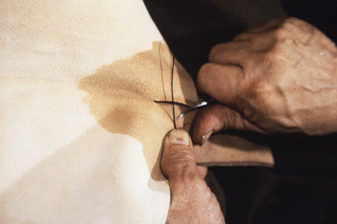 Päällinen kiinnitetään ompelua varten varren sisäpuolelle apukiinnityksellä v. 1978. Kuva: Juha Miettinen / KUHMU