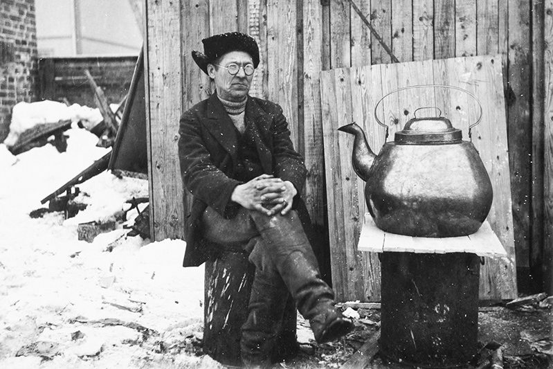 Blacksmith Juho Väätäinen and his self-made, large 54 litre coffee pot, 1936. Photo: KUHMU