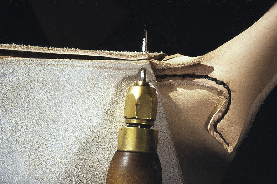 A stitch is inserted when sewing the stitch seam. Tere is made by cutting off the leather of the panel, which is thinned out, 1982. Photo: Kari Jämsén / KUHMU