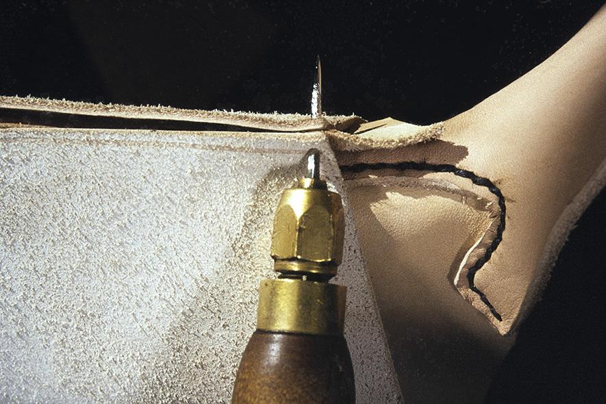 Varren saumaa ommeltaessa väliin laitetaan tere. Tere tehdään leikkaamalla varsinahasta kaitale, jonka reuna ohennetaan v. 1982. Kuva: Kari Jämsén / KUHMU