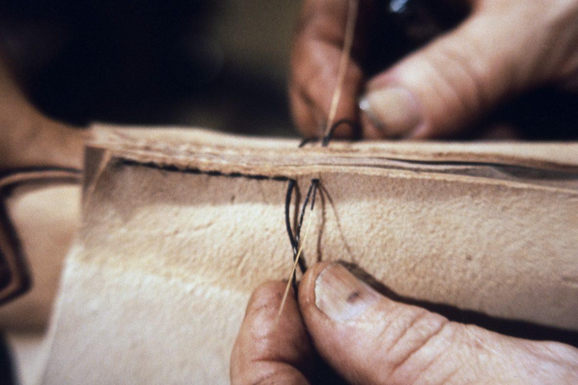 Шов голенища формируется с задней части снизу голенища, 1978 г. Снимок: Юха Миеттинен / КУХМУ