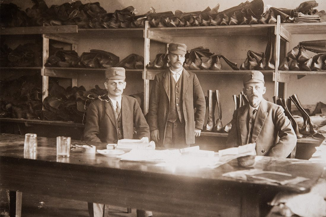 Probably the White Guardsmen, Shoemaker A. Koponen and several curly-toed boots. The White Guardsmen used boots or Finnish boots as their footwear. Photo: KUHMU