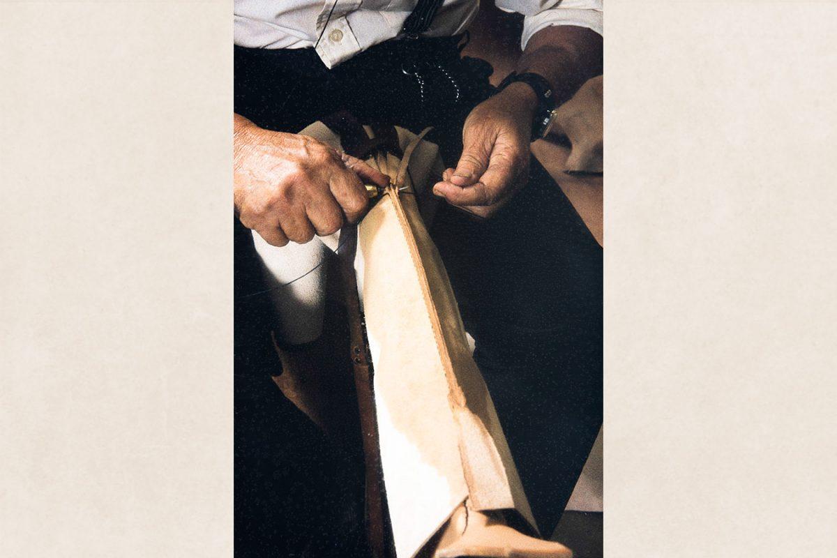 Задний шов голенища практически закончен, 1982 г. Снимок: Кари Ямсен / КУХМУ