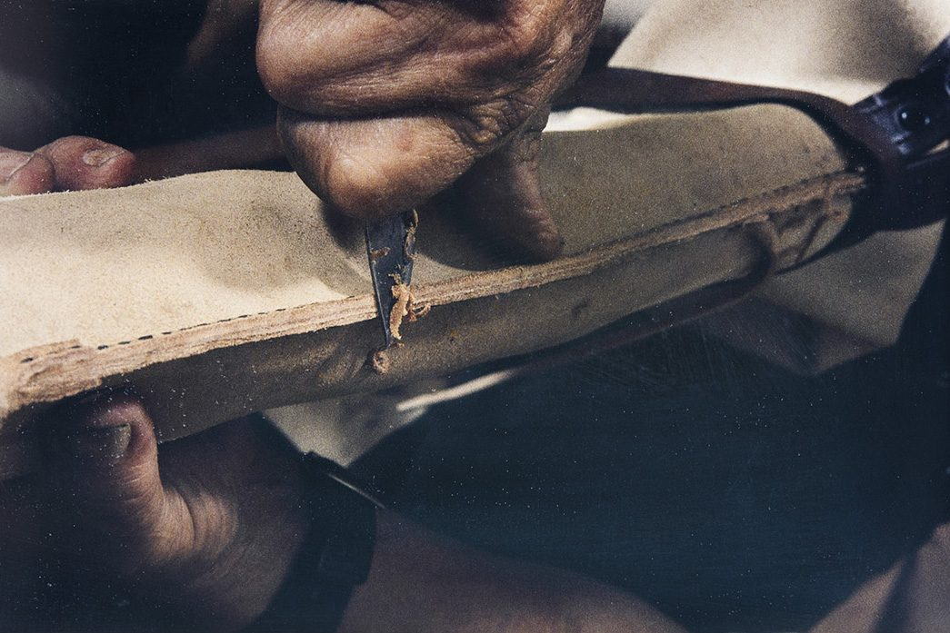When the back of the shaft is sewn, the inside seam is smoothed with a knife, 1982. Photo: Kari Jämsén / KUHMU