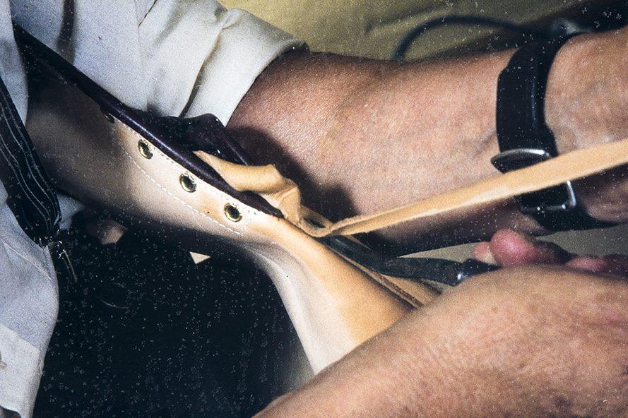 Снаружи голенища отрезается ненужный остаток кожи , 1982 г. Снимок: Кари Ямсен / КУХМУ