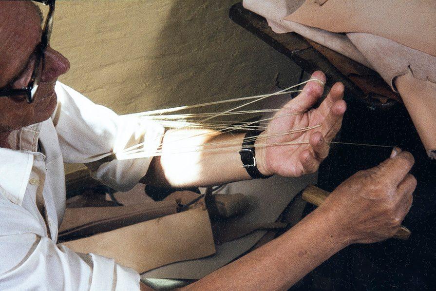 Сматывание смоляной нити, 1982. Снимок: Кари Ямсен / КУХМУ
