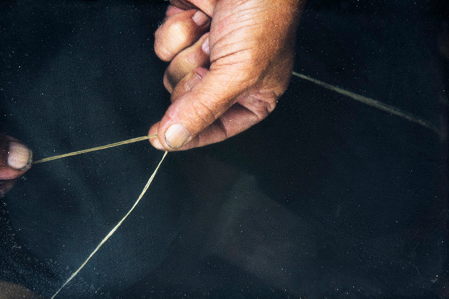 The pitch thread and the tapered end (sock) of the weft thread are made by twisting the threads together, 1982. Photo: Kari Jämsén / KUHMU