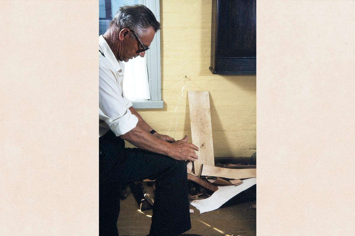 Вихтори Хейккинен скручивает нить, 1982. Процесс наиболее успешен на протертой брючине колена или на куске кожи, приклеенной к ткани. Снимок: Кари Ямсен / КУХМУ
