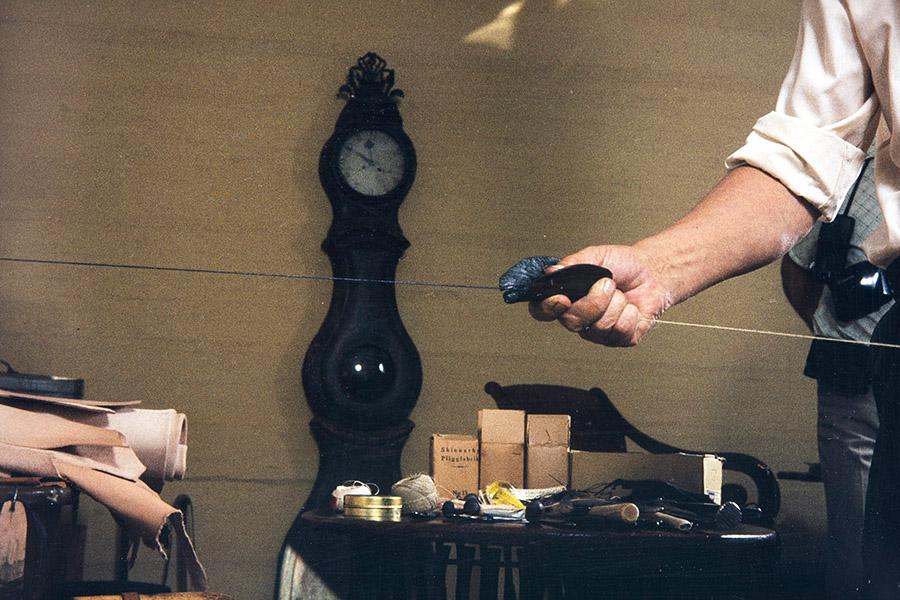 Смоление нити, 1982. Смоление нити следует осуществить сразу же после ее скручивания. Снимок: Кари Ямсен / КУХМУ