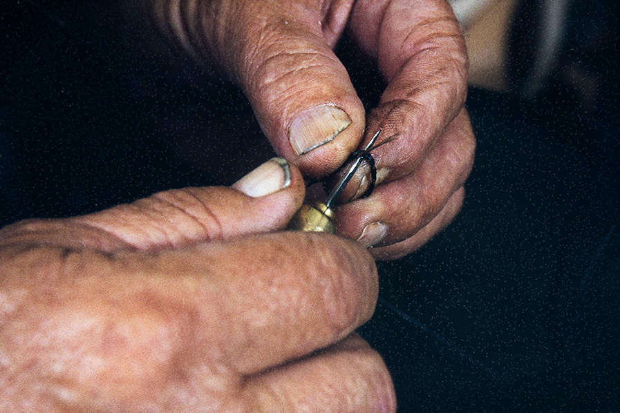 When the rotation is completed, the thread is opened at this point with a straight awl and the bristle is threaded through it to make a knot, 1982. Photo: Kari Jämsén / KUHMU