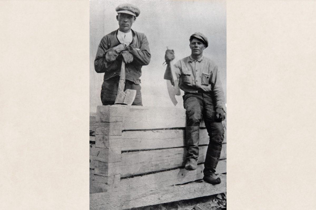 Lapikkaat työjalkineina. Kirvesmiehet rakentamassa hirsisaunaa v. 1924 Kurolanlahdessa Maaningalla. Kuva: KUHMU