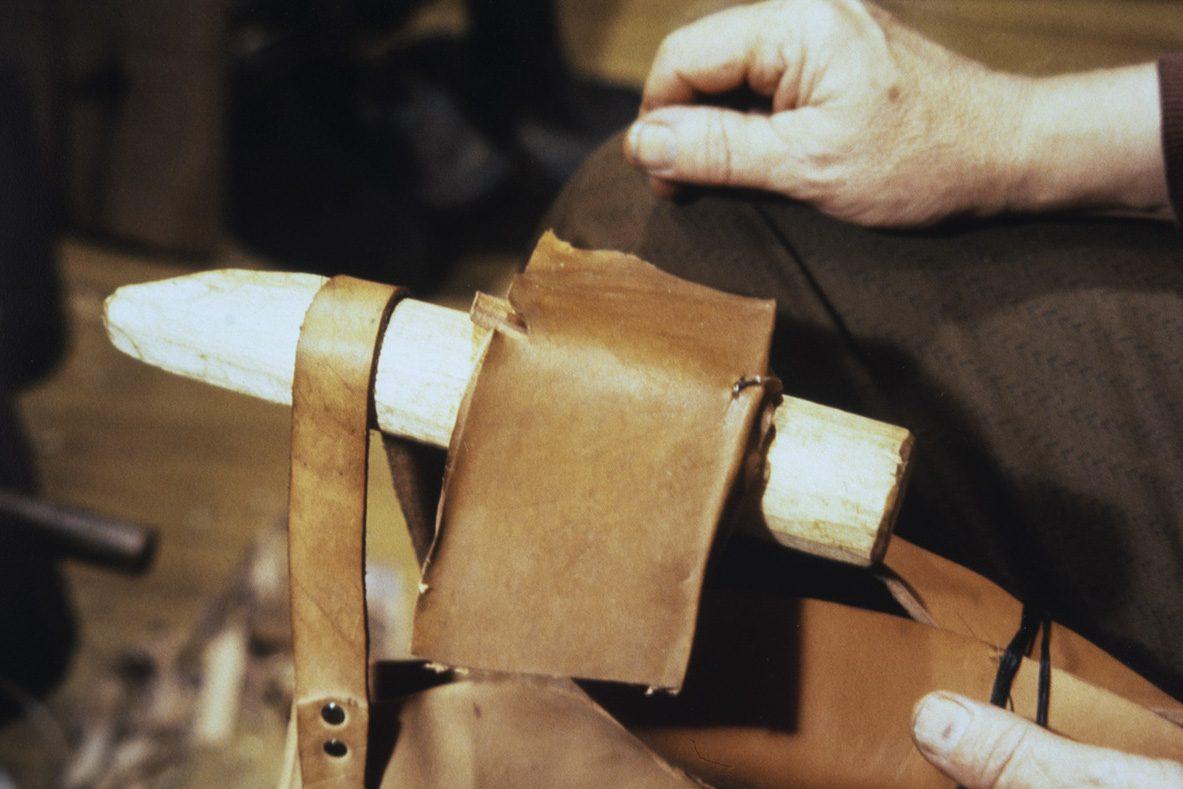 Attaching the heel joint to the back stitch, 1978. Photo: Juha Miettinen / KUHMU