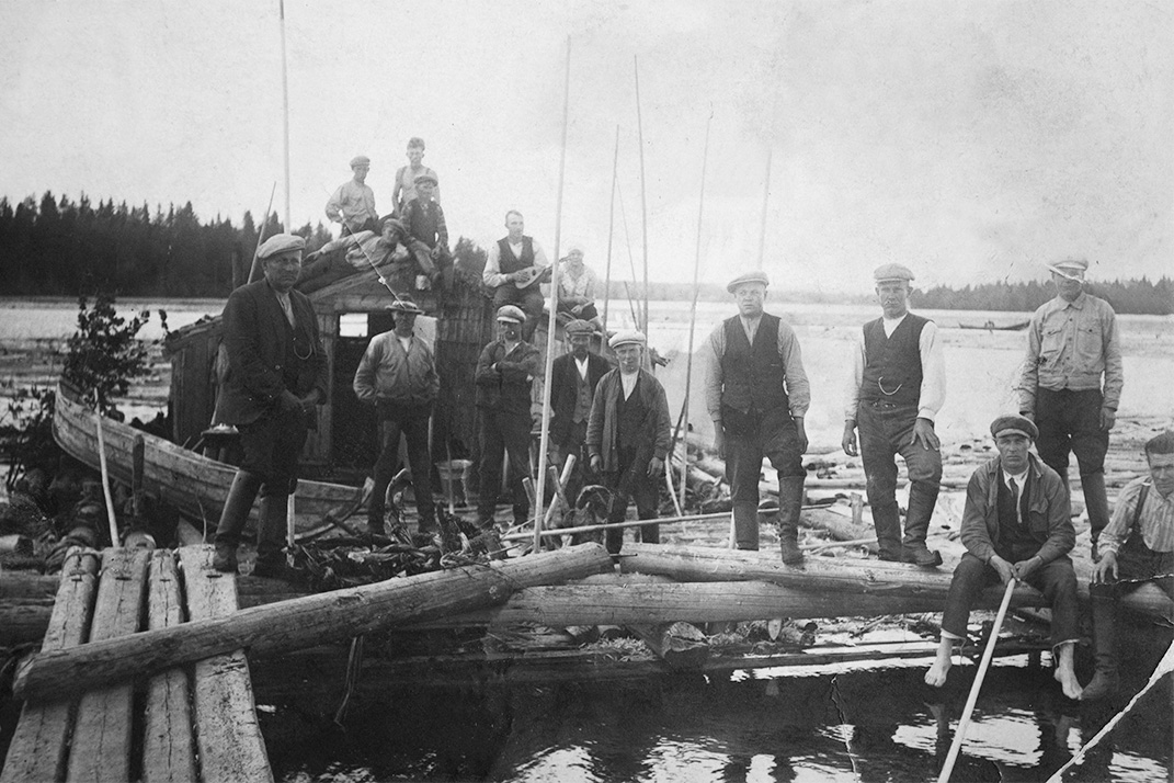 Raftsman on a raft in Kinnulanlahti, Maaninka. Finnish boots were used even on rafts. The boots were waterproofed by greasing. The leather footwear was also practical due to its repairability. Photo: KUHMU