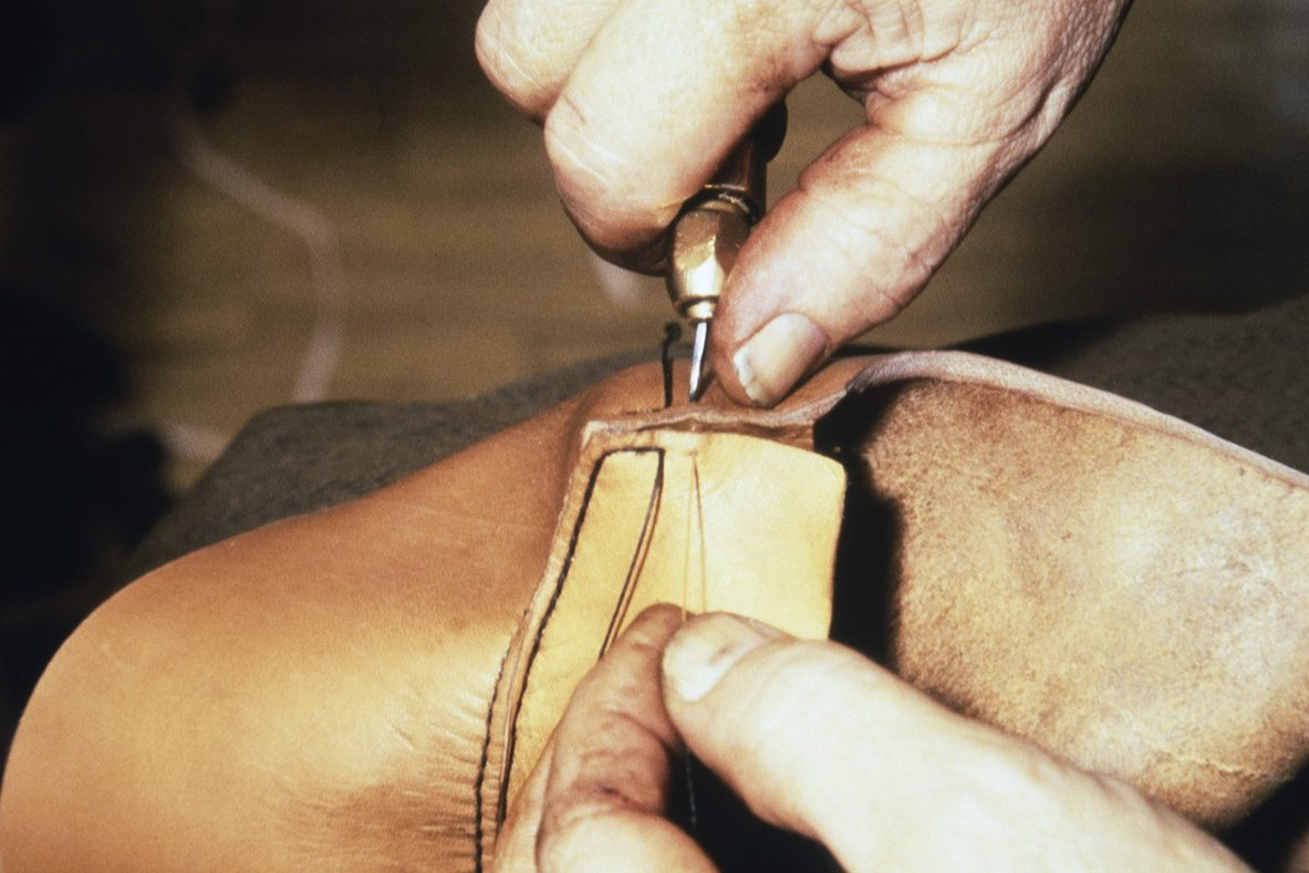 Finnish boot nose sewing. The beak hardener is inserted into the beak stitch, 1978. Photo: Juha Miettinen / KUHMU