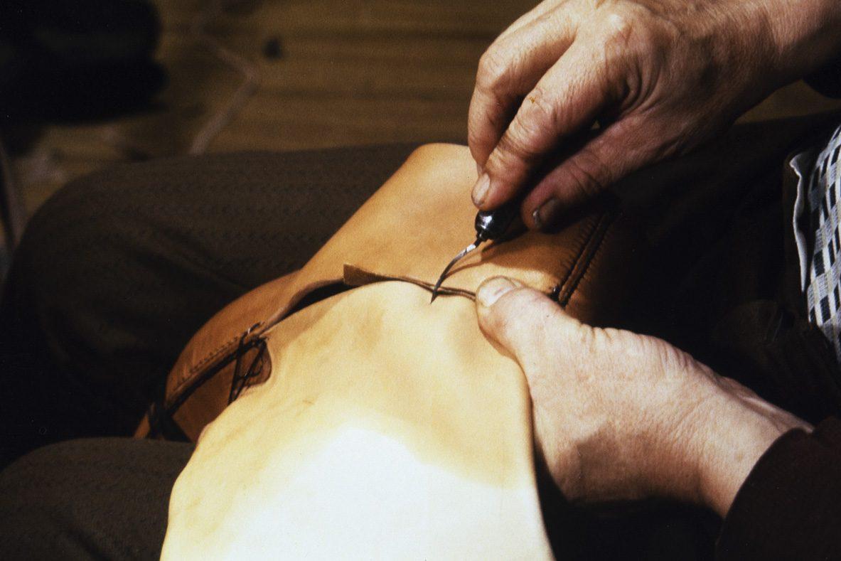 Seuraavaksi kengän sivut (ääret) ja kengän varren takaosa sovitetaan paikalleen v. 1978. Kuva: Juha Miettinen / KUHMU