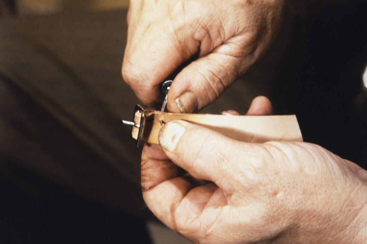 До начала пришивания элемента берцев и задника закрепляется пряжка на ремень, 1978 г. Снимок: Юха Миеттинен / КУХМУ