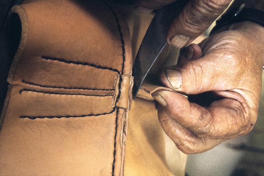 Liika nahka leikataan pois kannan takaa v. 1982. Kuva: Kari Jämsén / KUHMU