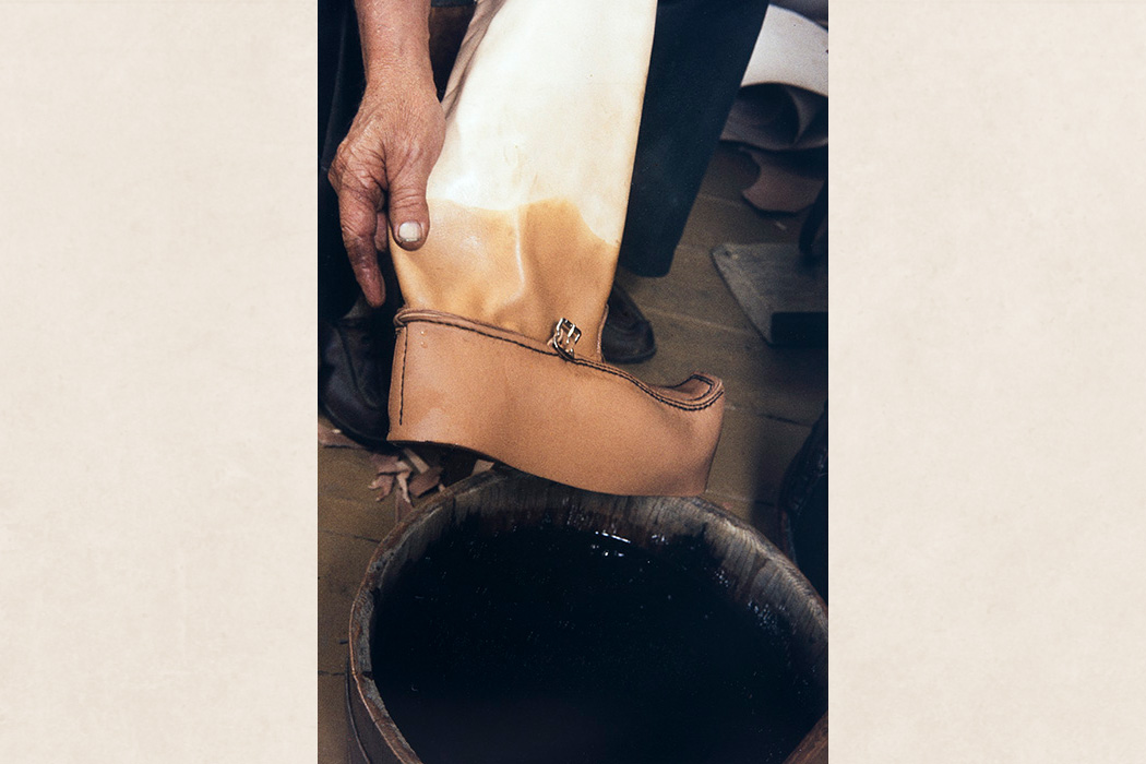 The toecap part of the sewn shoe is soaked in water before putting on the shoe last, 1982. Photo: Kari Jämsén / KUHMU