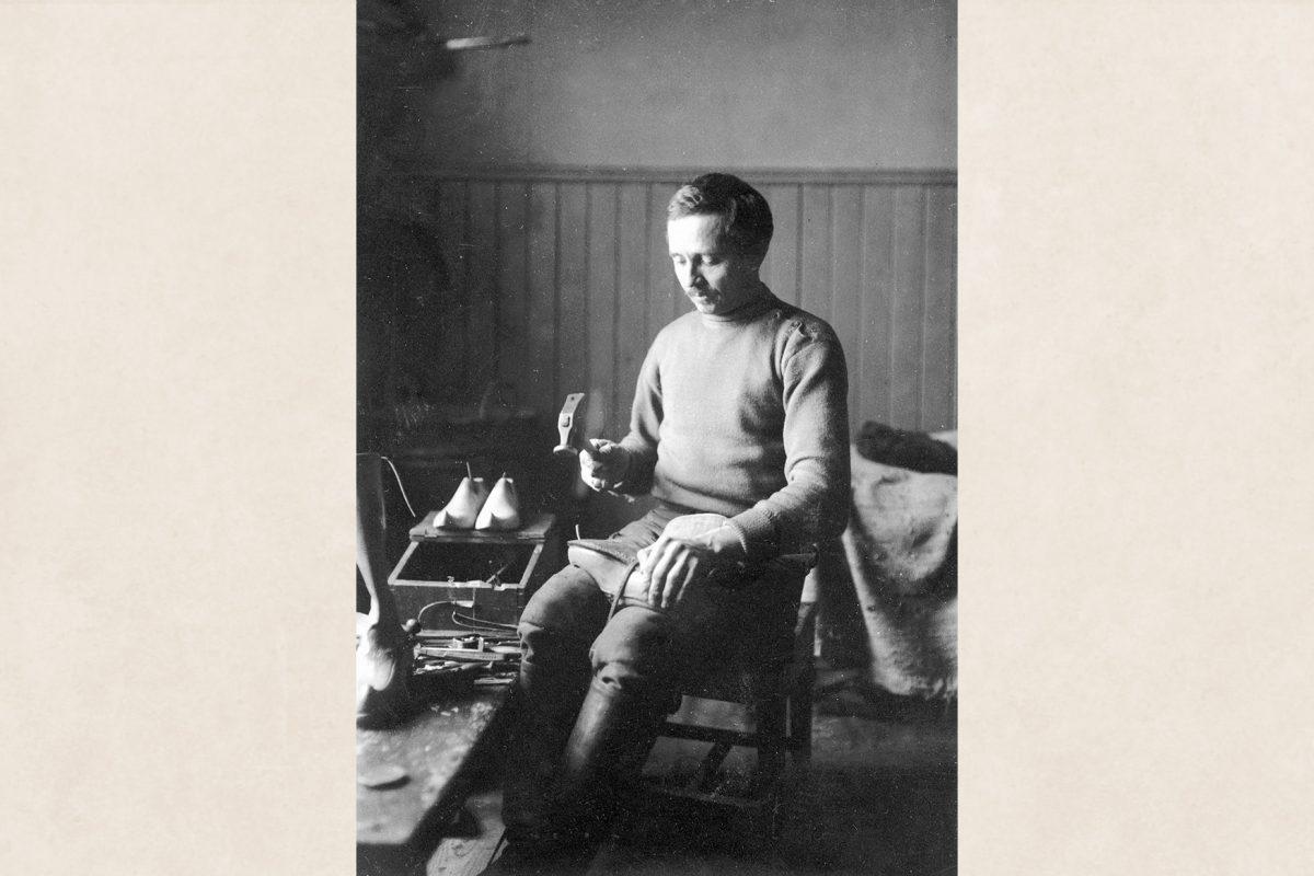 Сапожник Юхо Тийликайнен за работой в местечке Кейхясниеми под Рийставеси, 1922 год. Снимок: Лаури Карттунен / КУХМУ