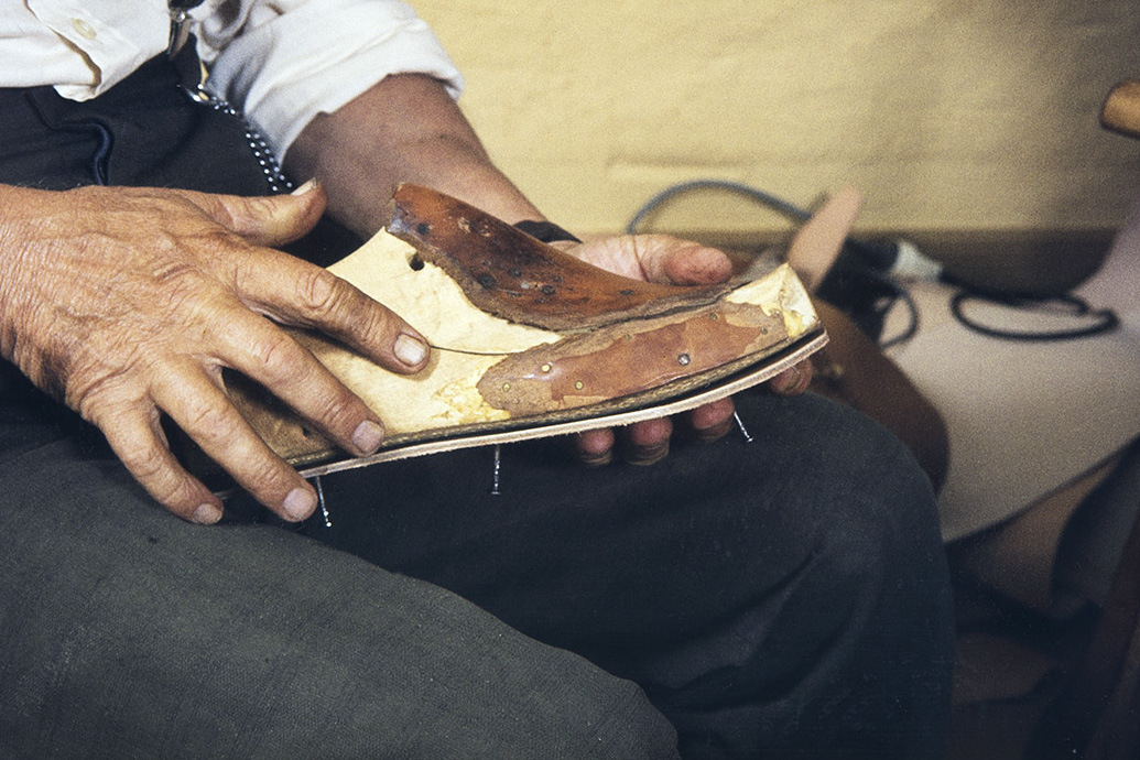 The insole was attached to the last, 1982. Photo: Kari Jämsén / KUHMU