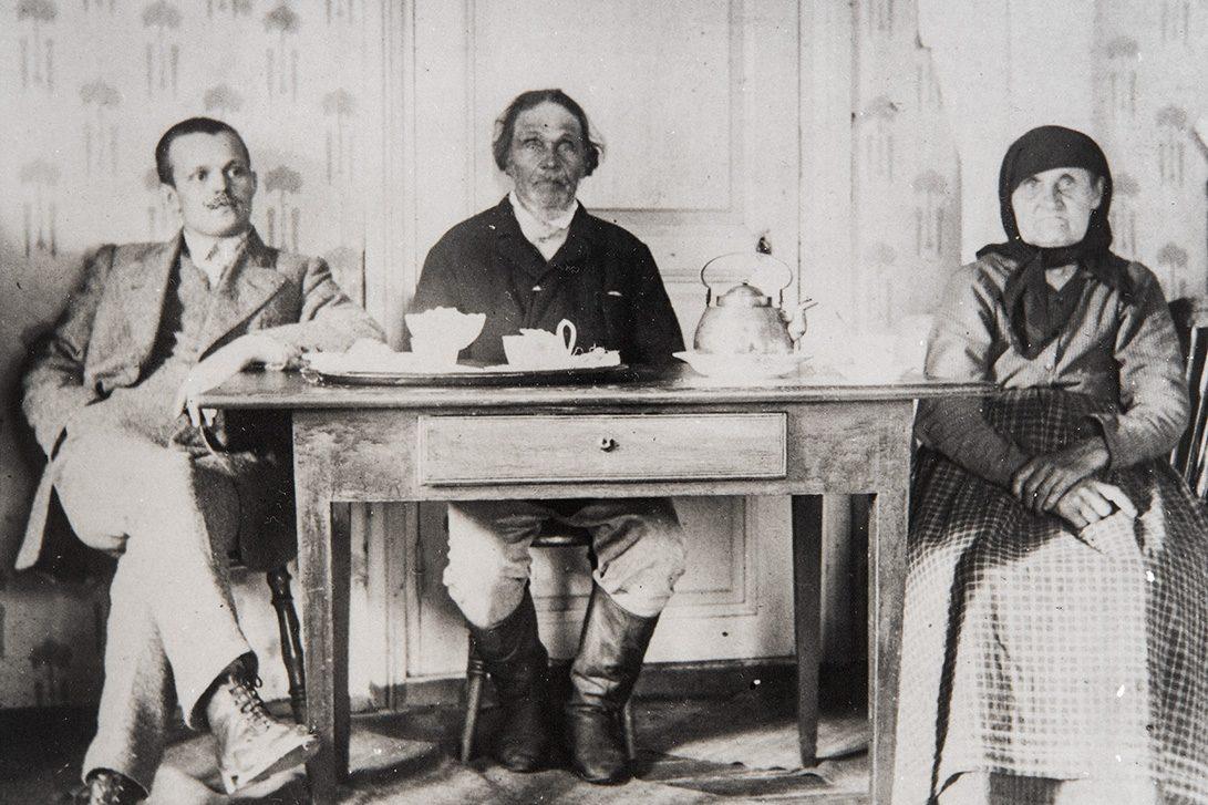 From right: Maija-Stiina Kekäläinen, Petter Kekäläinen and Aatu Julkunen at the coffee table in Muuruvesi, 1915-1920. Photo: KUHMU