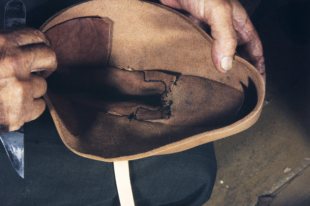 The shoe will be spread for putting the last, 1982. Photo: Kari Jämsén / KUHMU