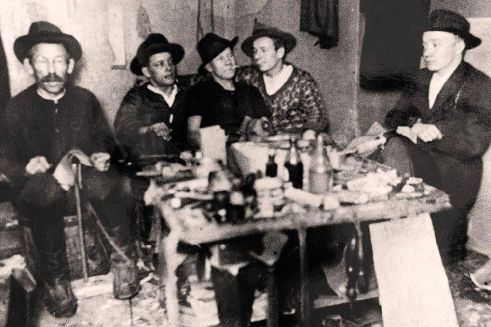 Shoemaker workshop in Karttula, Pihkainmäki, 1930. Photo: KUHMU