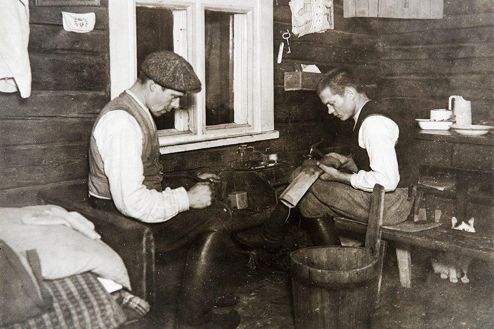 Сапожник за работой в доме Калапуров Маанинка под Туовиланлахти, 1926-1928. Снимок: Ахти Рюткёнен / КУХМУ