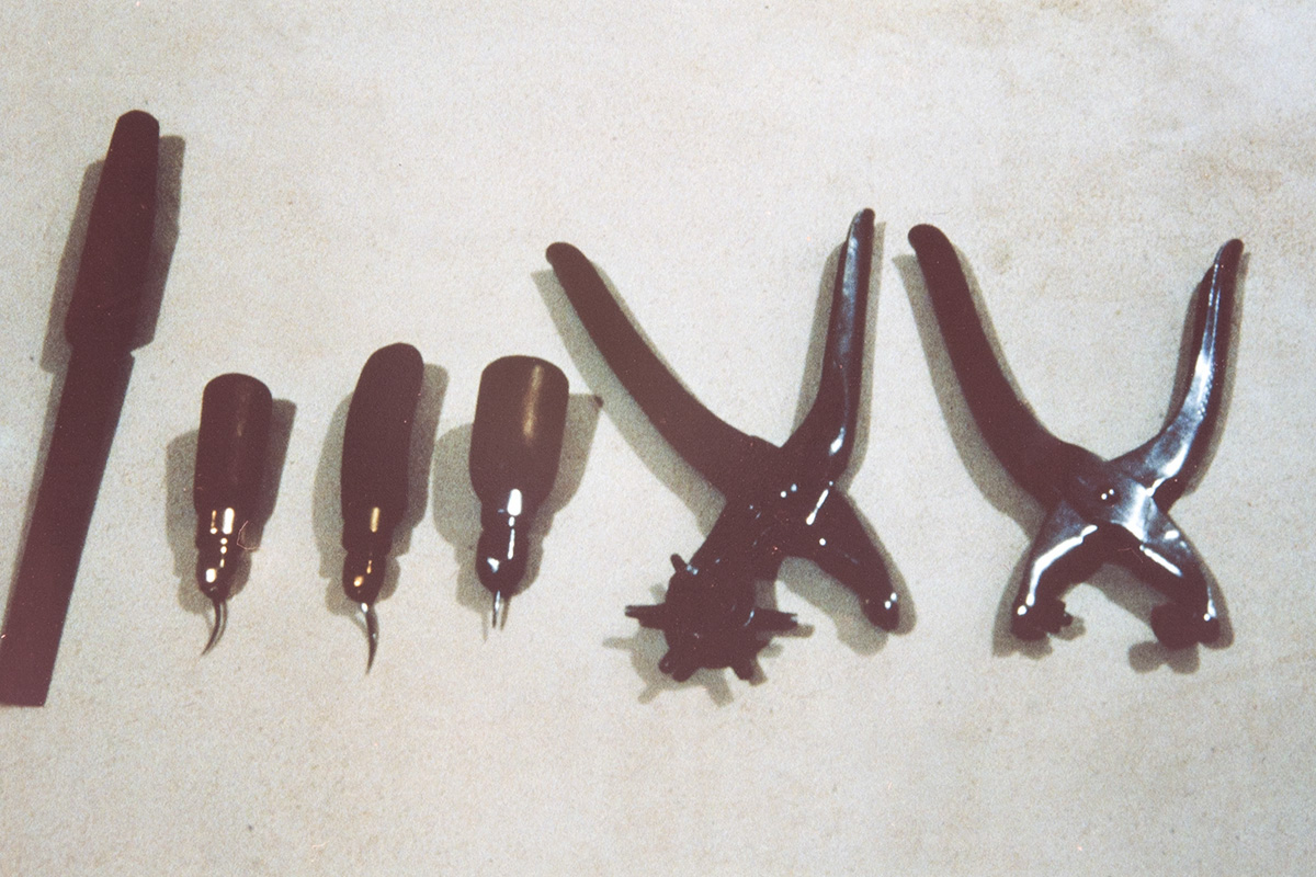 Рашпиль, различные шила и принадлежности для прокалывания кожи, 1978 г. Снимок: Юха Миеттинен / КУХМУ