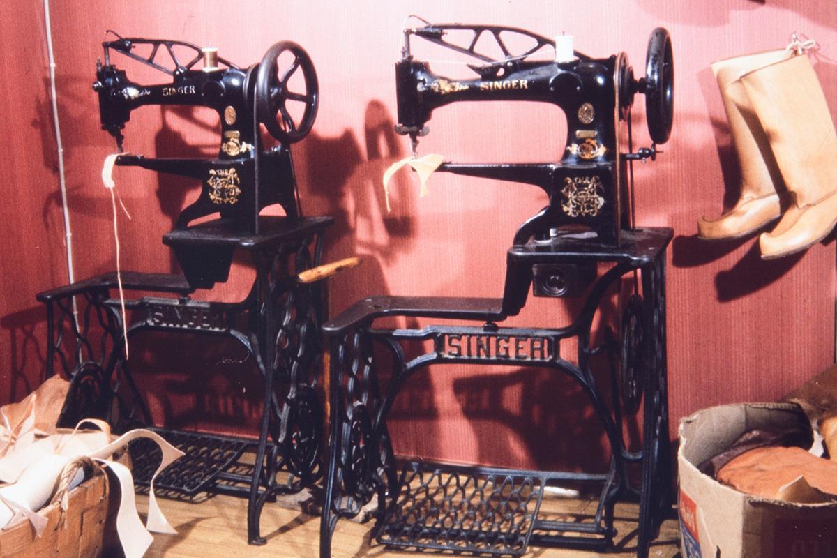 Швейные машинки сапожника Вихтори Хейккинена, 1978 г. Снимок: Юха Миеттинен / КУХМУ