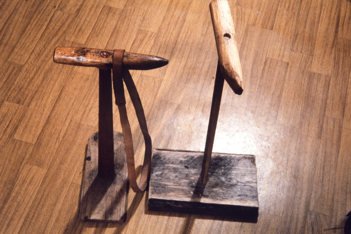 Shoemaker Vihtori Heikkinen's sewing stand, 1978, also known as Jesus or Loon. It also includes a leather strap (knee-strap). Photo: Juha Miettinen / KUHMU