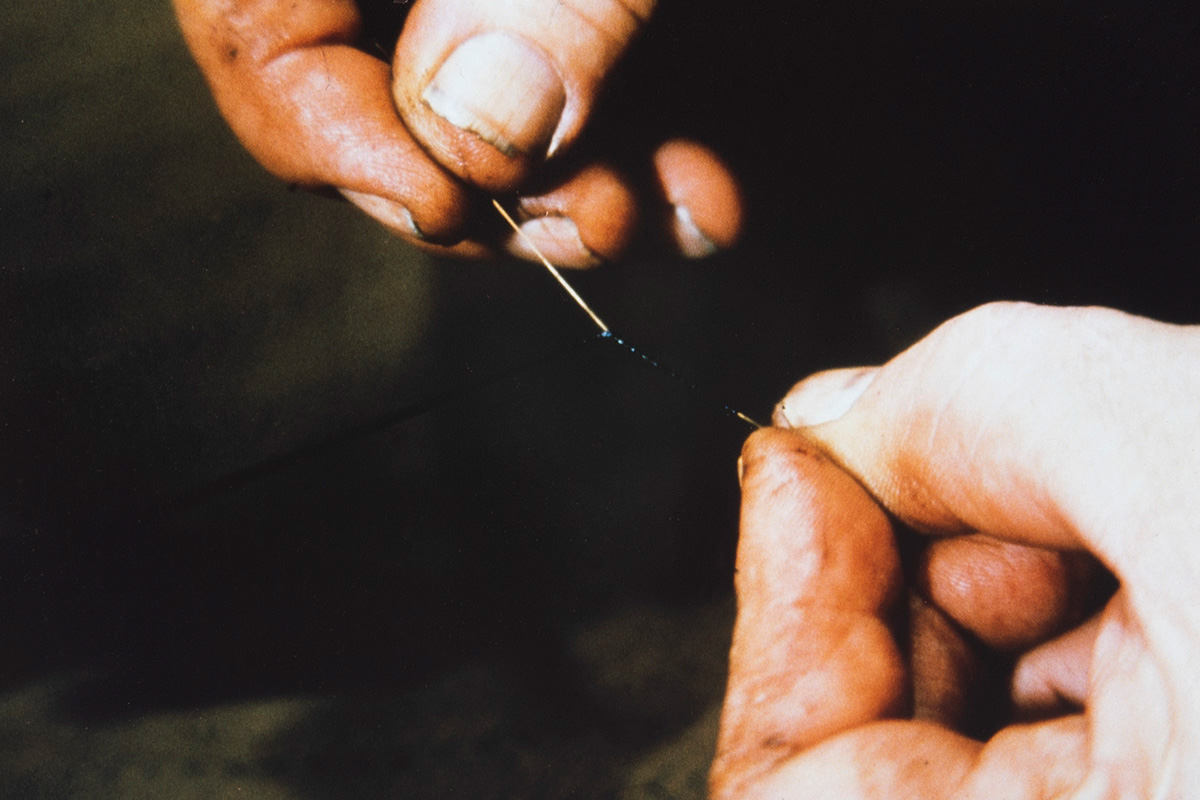 Attaching the bristle to the pitch thread, 1978. Photo: Juha Miettinen / KUHMU